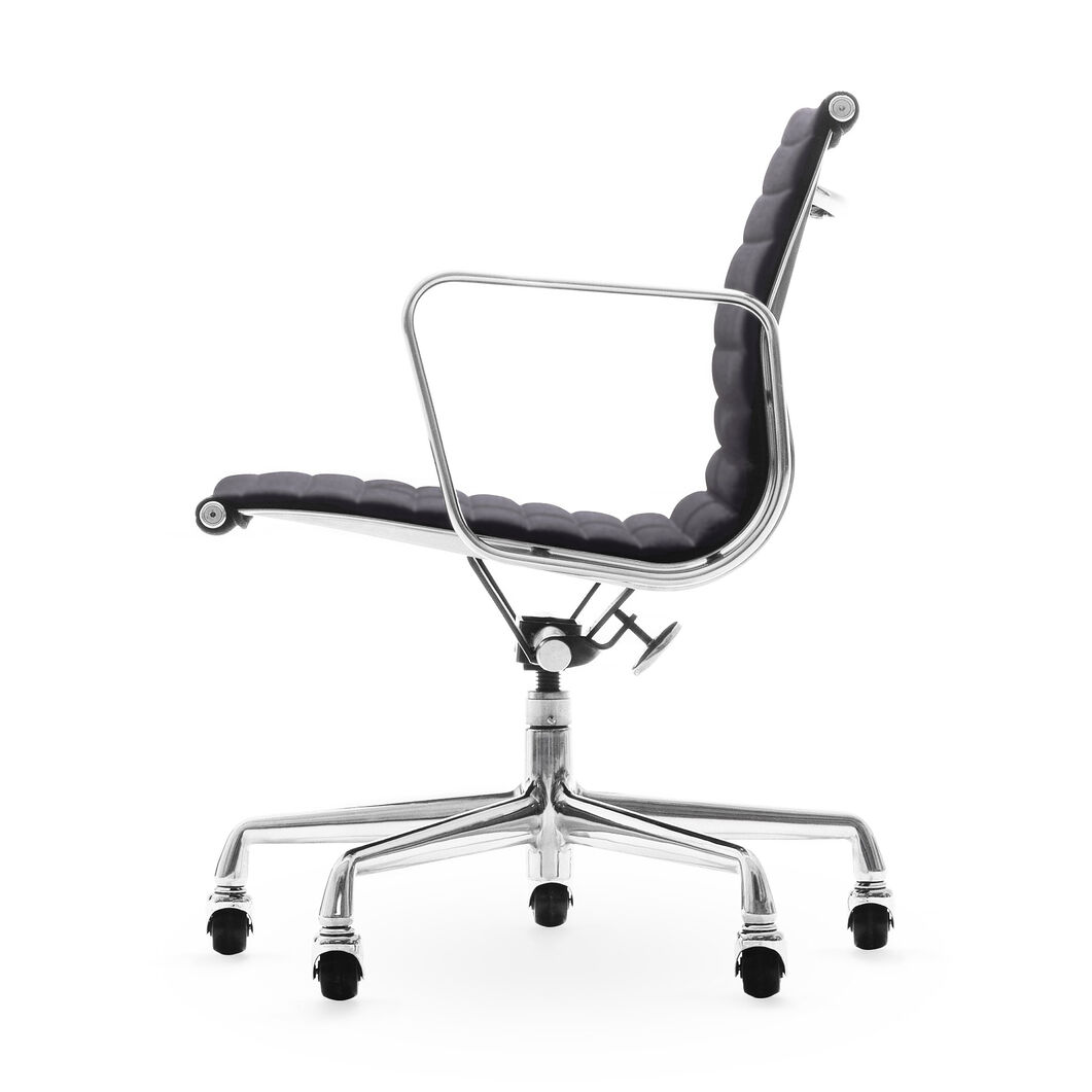 Eames® Aluminum Management Chair in color