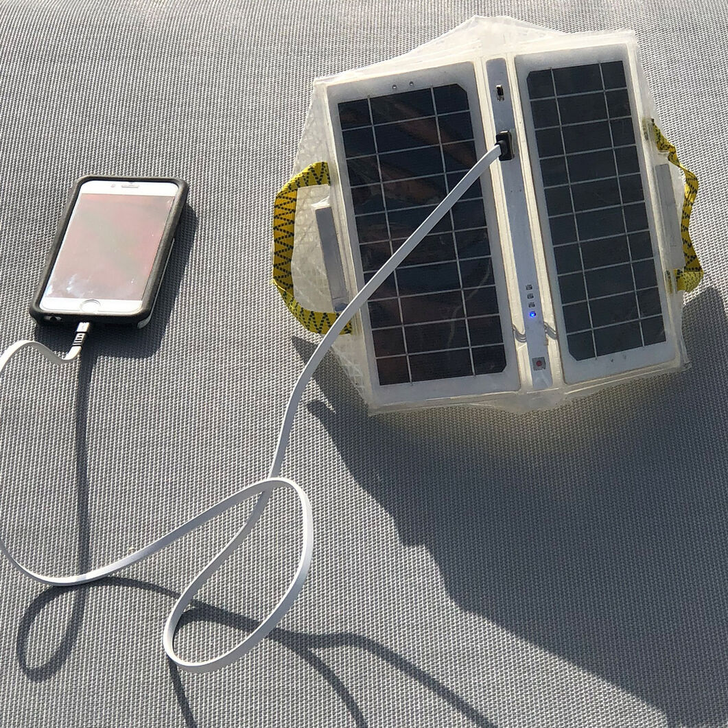 QWNN Solar Puff Outdoor Lamp + Power Bank in color
