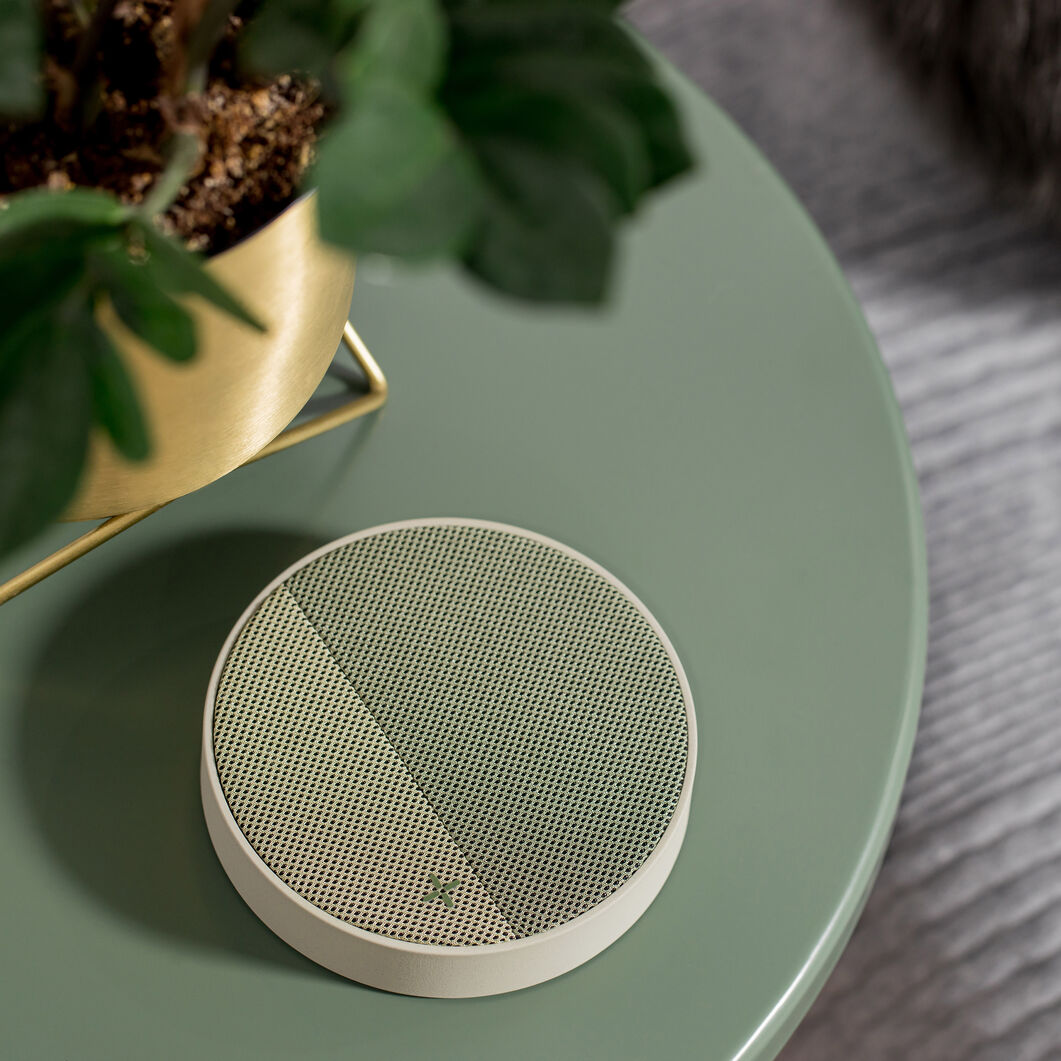 Lexon Oslo Energy Wireless Charging Station in color Green
