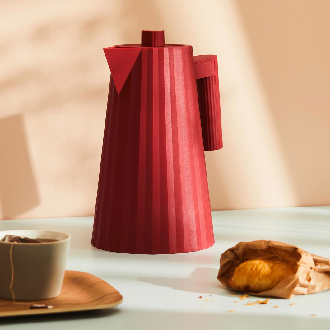 Plissé Electric Kettle in color Red
